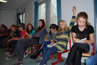 De leerlingen aan het werk als professionele journaslisten